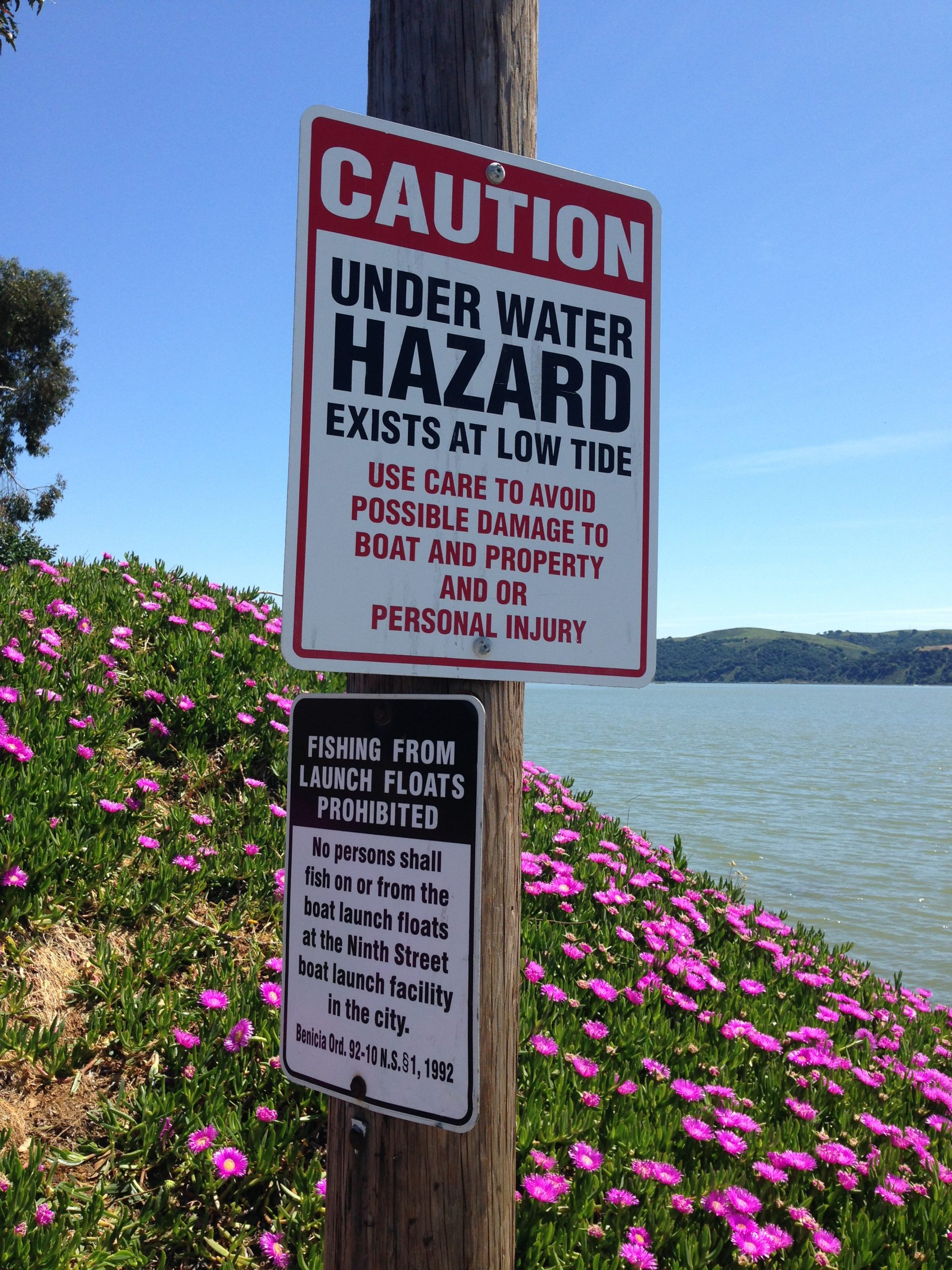 Sign about underwater hazard at low tide